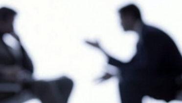 Un business coach en plena acción ayudando a una empresa a salir adelante, este demuestra su utilidad y necesidad para algunas empresas.
